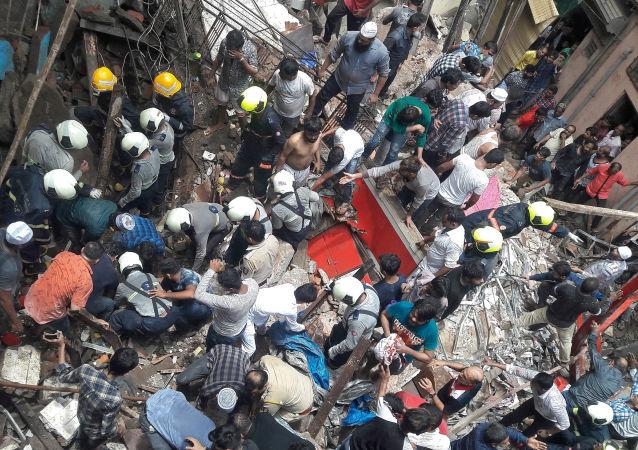 Derrumbe de un edificio de cuatro pisos en Bombay, la India