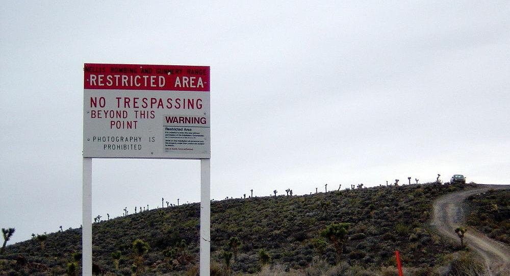 Una señal avisa de que el Área 51 está cerca