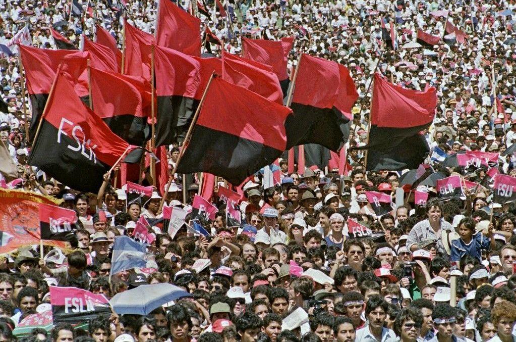 Banderas del FSLN entre el público durante un acto en Managua por el aniversario de la Revolución Sandinista