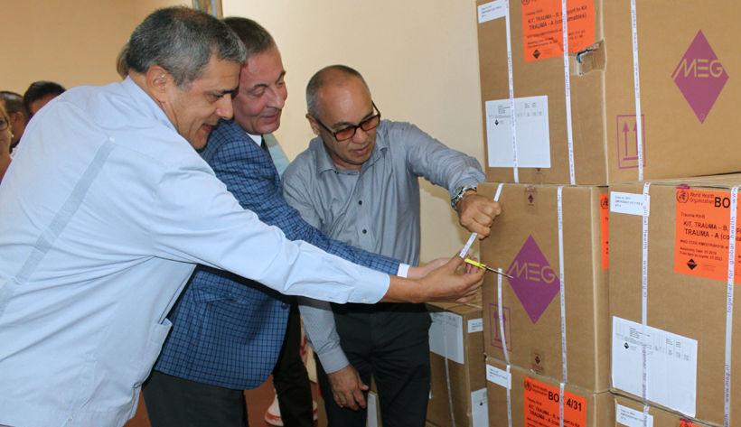 El representante de la OPS-OMS en Cuba, José Moya, el ministro-consejero de la embajada de Rusia en Cuba, Serguéi Reshchikov y el doctor Roberto Álvarez Fumero