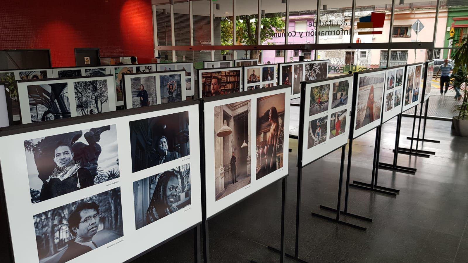 Muestra de fotos de Eliana Cleffi sobre extranjeros de 100 países viviendo en Uruguay organizada en la Facultad de Información y Comunicación (FIC) en Montevideo