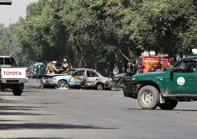 Los agentes de seguridad afganos examinan lugar de explosión cerca de la Universidad de Kabul