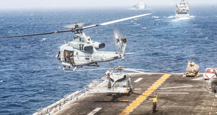 Helicópteros estadounidenses sobre el buque anfibio USS Boxer en el estrecho de Ormuz