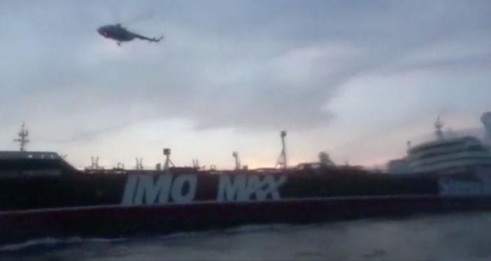 Un helicóptero sobre el buque petrolero británico Stena Impero