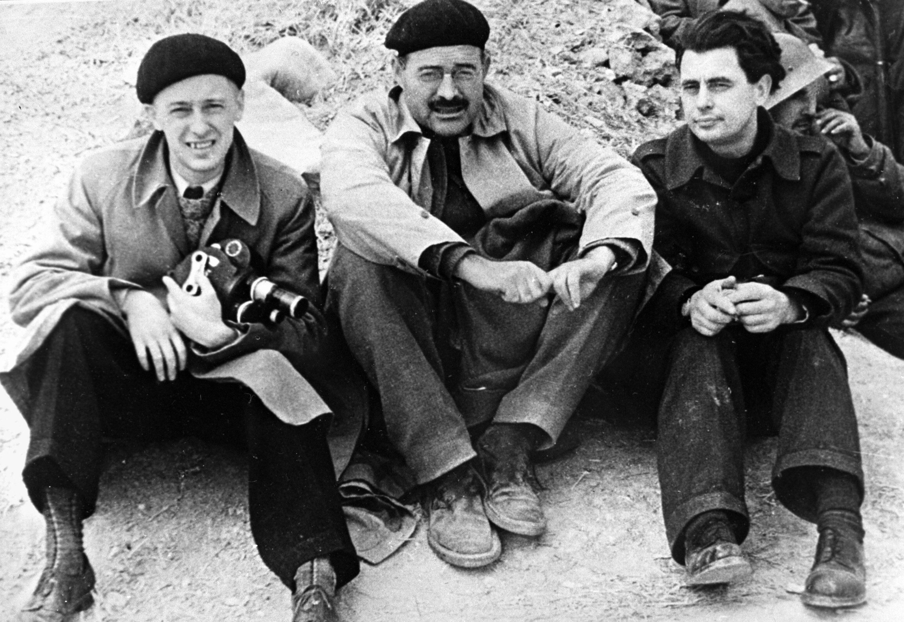 Guerra civil en España. Román Carmen (izda.), Ernest Hemingway (centro) y Ioris Iveno (drcha.)