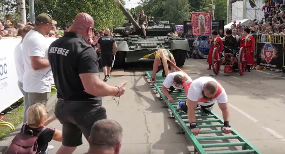 Tres hombres tiran de un tanque
