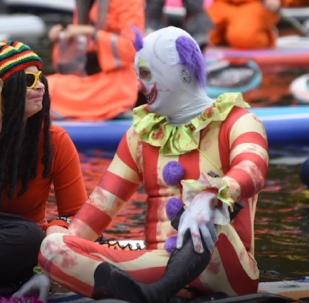Pulpos, esqueletos e indígenas navegan en tablas por el río Neva en San Petersburgo