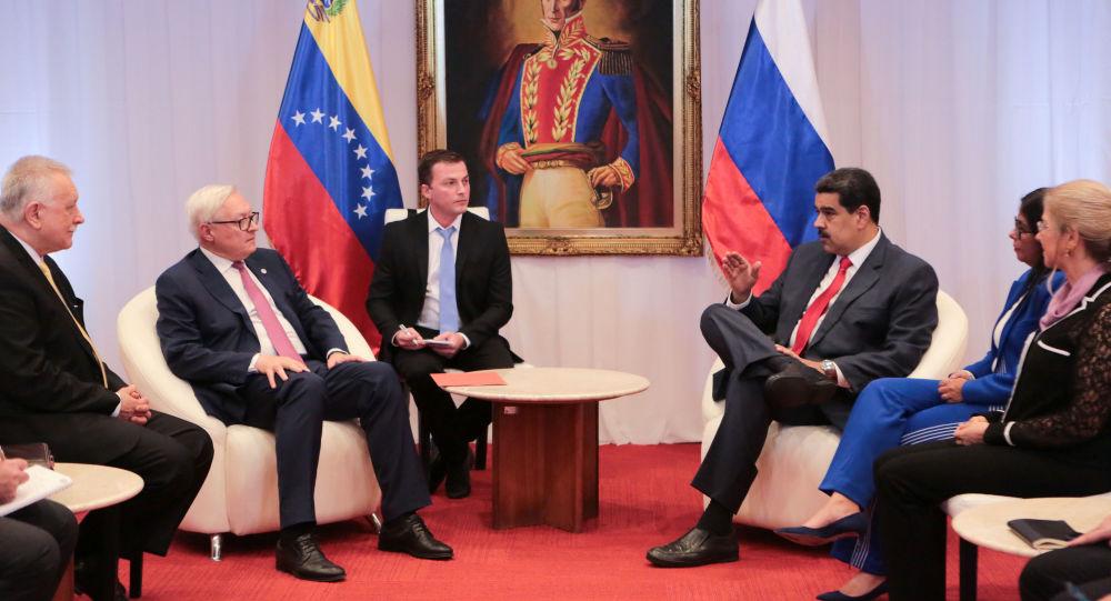 El vicecanciller ruso Serguéi Riabkov, junto al presidente de Venezuela, Nicolás Maduro
