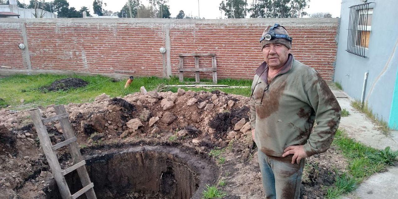 El patio de la casa de Manuel Espinoza en la localidad de Batán de la capital argentina