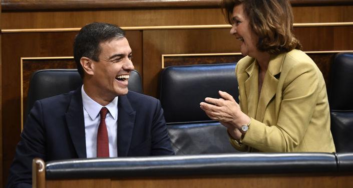 El presidente en funciones del Gobierno español, Pedro Sánchez, y la vicepresidenta en funciones, Carmen Calvo