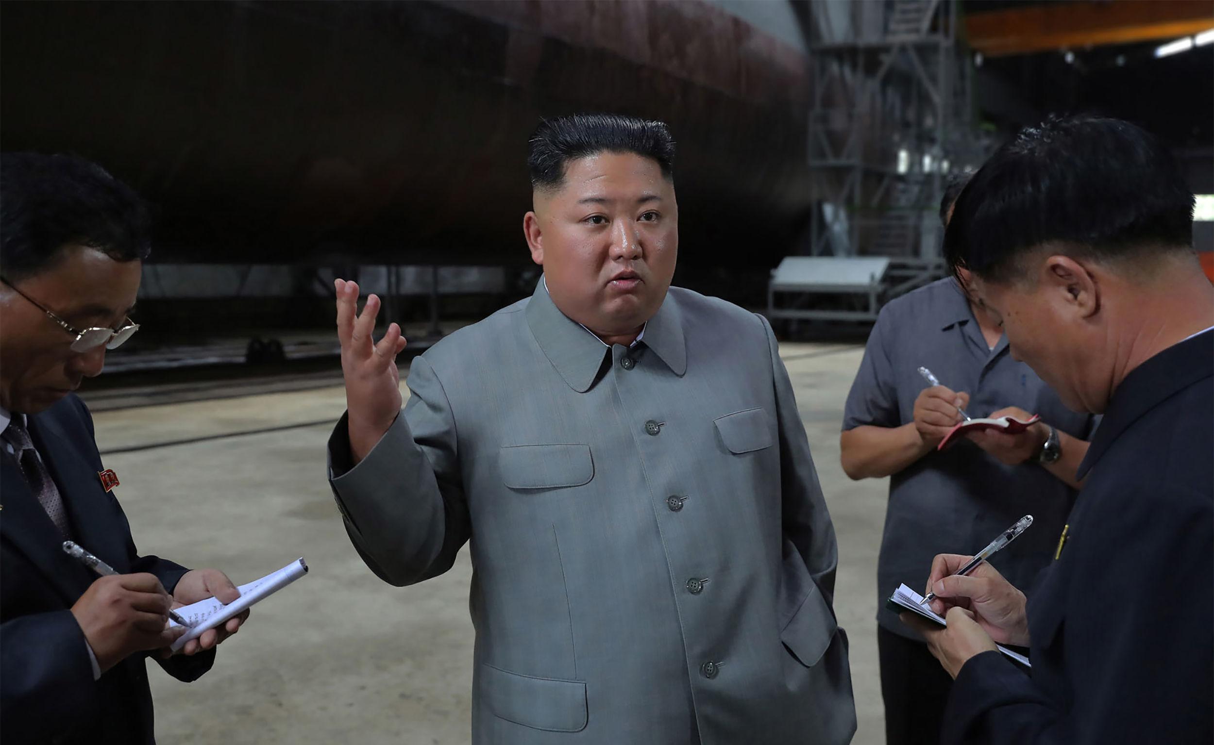 El líder norcoreano, Kim Jong-un, inspecciona el submarino de nueva construcción.