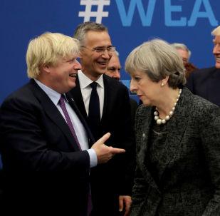 El recién elegido líder de los Conservadores, Boris Johnson, y la primera ministra británica saliente, Theresa May