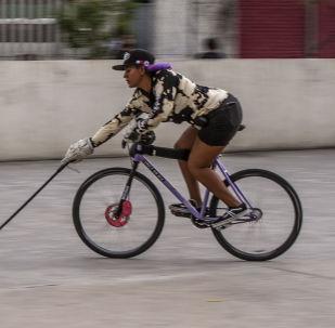 Ciudad de México. Jugadora de bici-polo durante uno de los entrenamientos de bici-polo en la capital mexicana