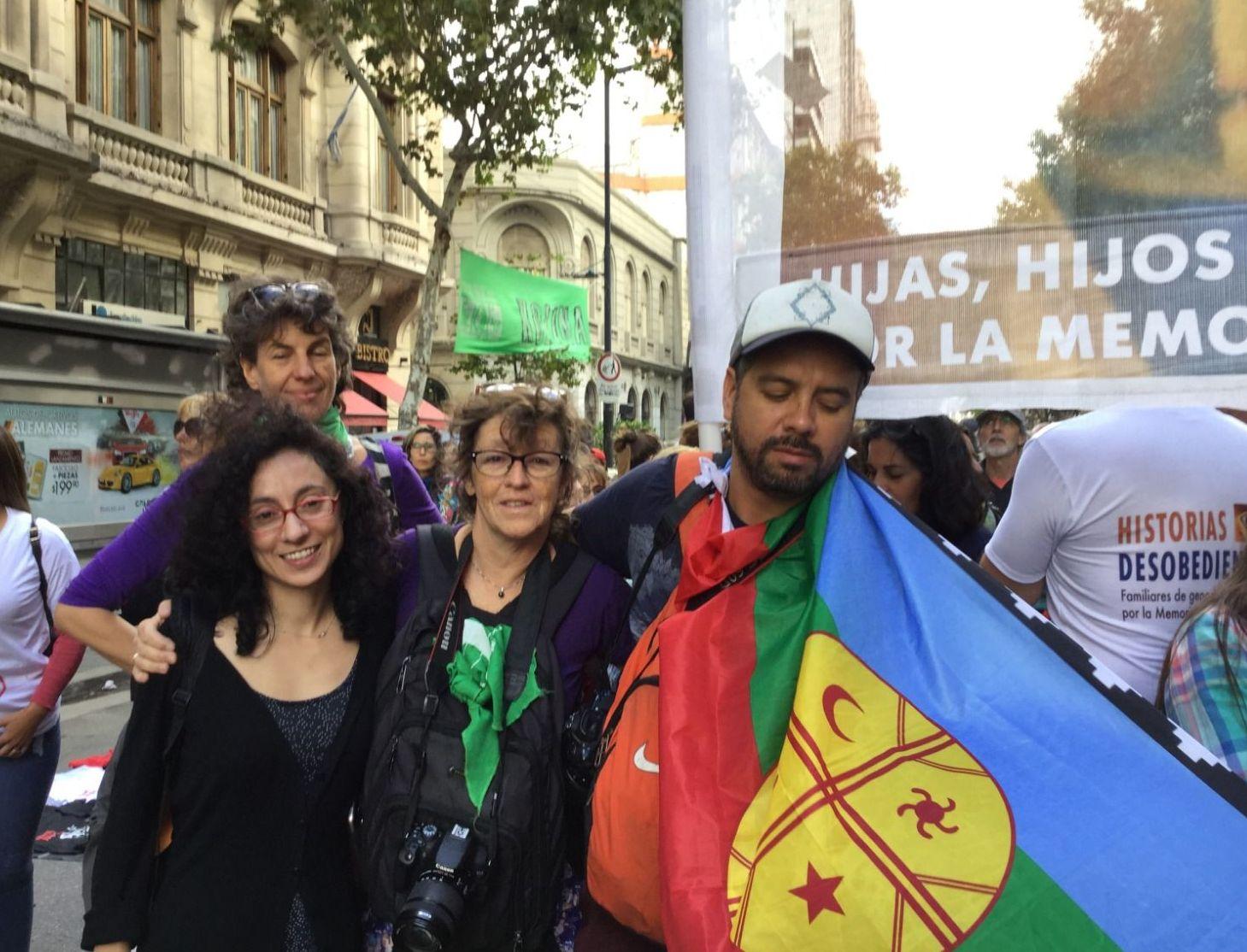 Integrantes de Historias Desobedientes de Chile, en la marcha por la Memoria en Buenos Aires, marzo de 2019