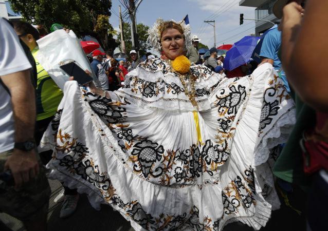 Una mujer con pollera, el traje nacional de Panamá