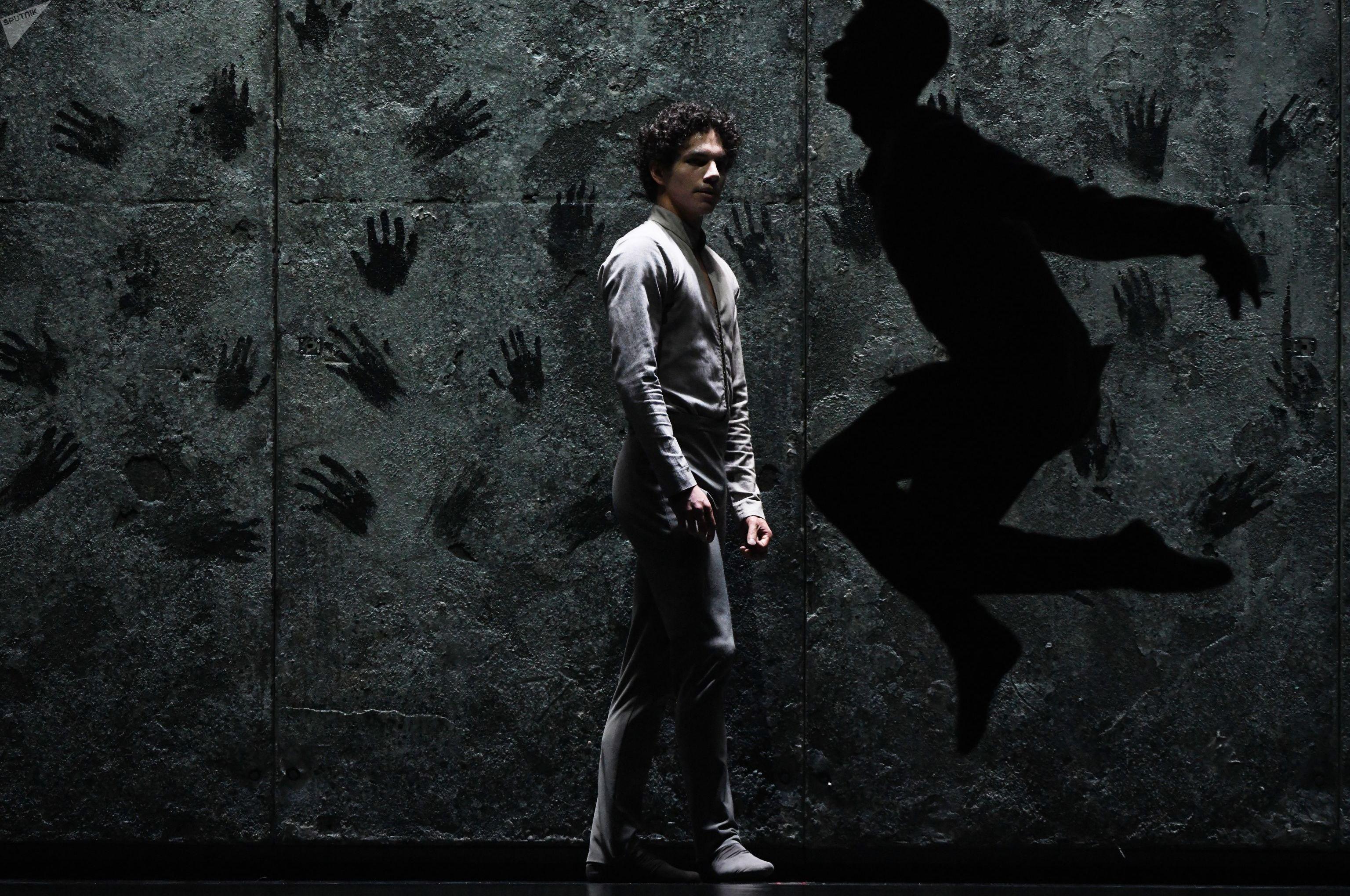 Isaac Hernández, bailarín mexicano, en el ballet 'Giselle' por Akram Khan