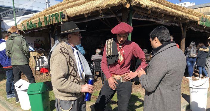 Personas vestidas con ropas típicas gauchezcas en la Exposición Rural de Buenos Aires de 2019