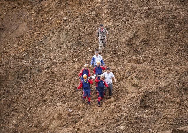 Equipos de rescate en el lugar del deslizamiento de tierra en China