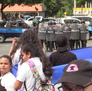 Policía y manifestantes se enfrentan durante las protestas estudiantiles en Nicaragua