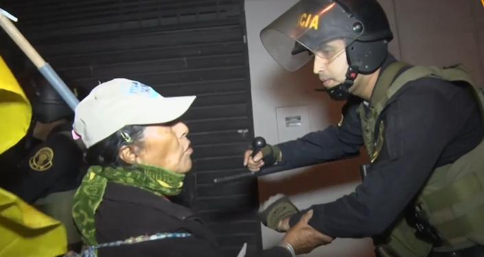 La celebración de la decisión del Gobierno peruano sobre el proyecto minero se traduce en peleas