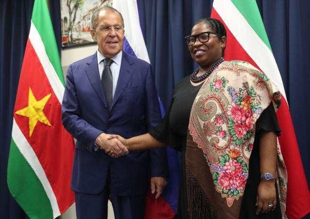El ministro de Exteriores de Rusia, Serguéi Lavrov, con su par de Surinam, Yldiz Pollack-Beighle