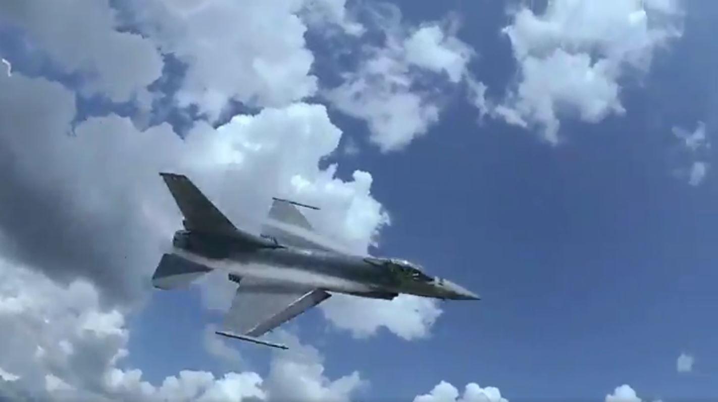Vuelo rasante de un F-16