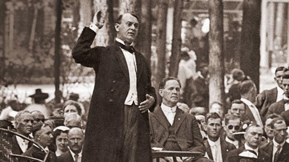 Los Testigos de Jehová surgieron en los años 1870 a partir de un grupo de cristianos restauracionistas, milenaristas y antitrinitarios pertenecientes al movimiento Estudiantes de la Biblia. Adoptaron su nombre actual en 1917, durante la dirección de  Joseph Franklin Rutherford (en la foto).