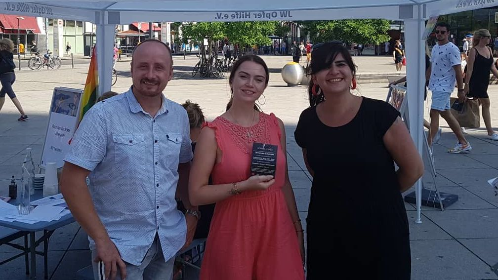 Sophie Jones (centro), exmiembro de los Testigos de Jehová, haciendo campaña el Día de las Víctimas de la Torre de Vigilancia en Berlín