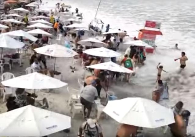 Fuertes olas golpean la costa del estado de Río de Janeiro, Brasil