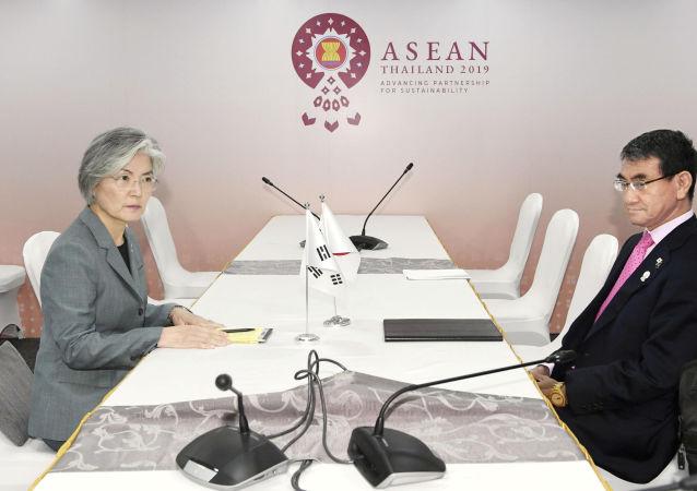 La ministra de Exteriores surcoreana, Kang Kyung-wha, y su par japonés, Taro Kono