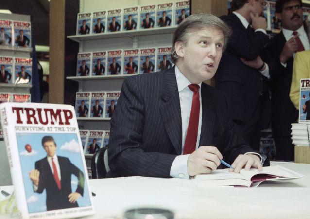 Donald Trump autografía una copia de su libro 'Trump: Surviving at the Top', el agosto de 1990