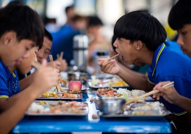 Unos jóvenes chinos comiendo