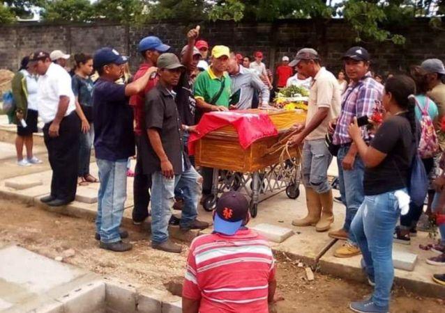 Entierro de las víctimas de la Masacre de Ticoporo, en Venezuela