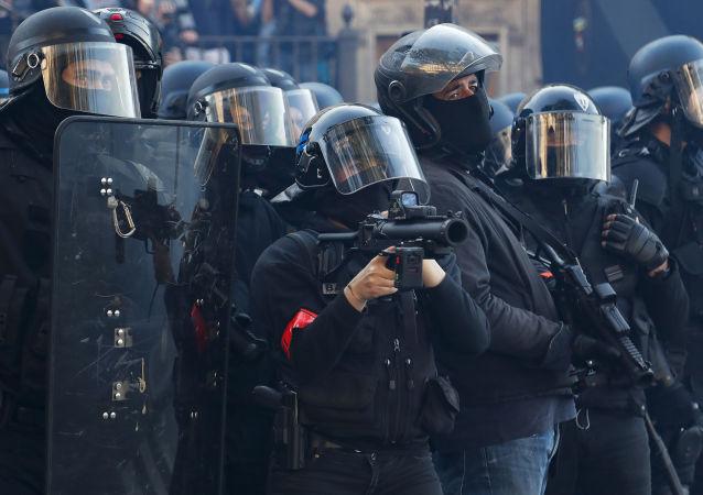 Los policias franceses durante las protestas antigubernamentales de chalecos amarillos en París (abril de 2019)