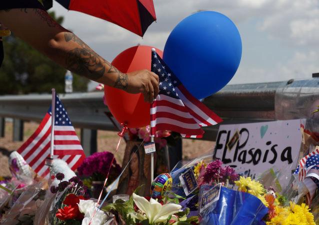 La bandera de EEUU en el lugar deluto por las víctimas del tiroteo en El Paso