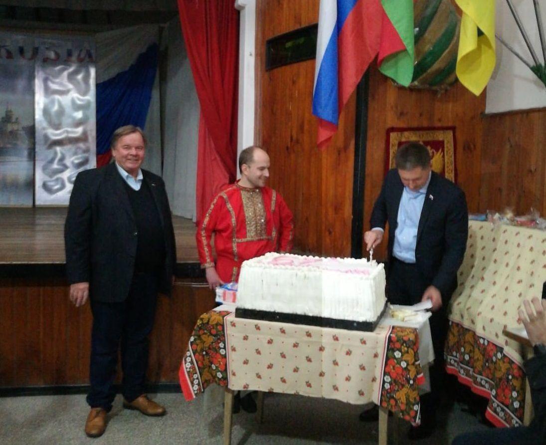 El embajador de Rusia en Argentina Dmitri Feoktistov corta la torta de cumpleaños del club Vladimiro Maiakovski