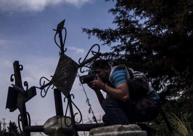 Armando Martínez, fotógrafo del periódico El Grafico, retrata un accidente automovilístico