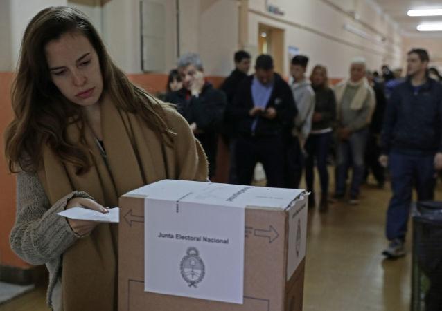 Una mujer votando en las primarias Argentinas