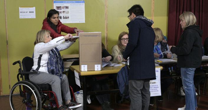 Una mujer argentina ejerciendo su derecho al voto
