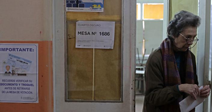 Una mujer se prepara para votar en las primarias