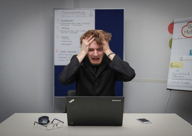 Un hombre y su computadora