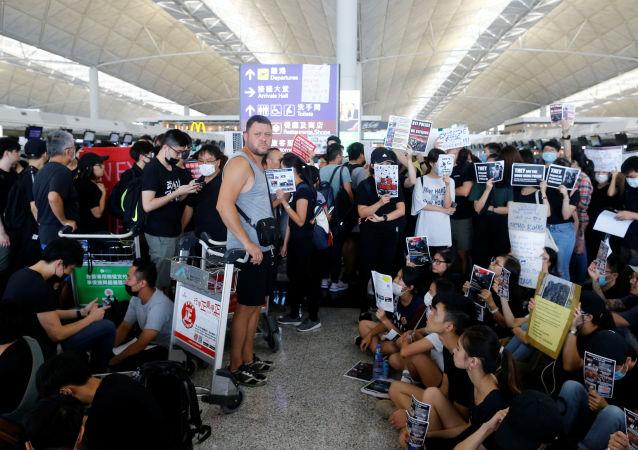 Un pasajero, esperando la embarcación durante las protestas en Hong Kong