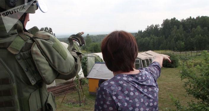 Los zapadores militares revisan la zona de la explosión en Áchinsk, Rusia