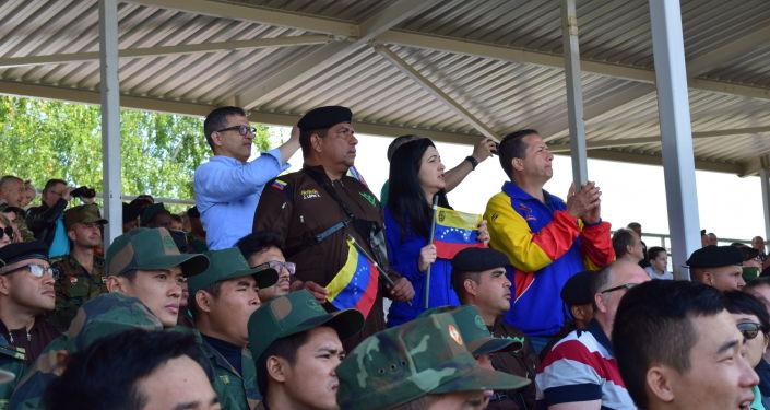 El embajador de Venezuela en Rusia, Carlos Rafael Faría, observando la actuación del equipo venezolano