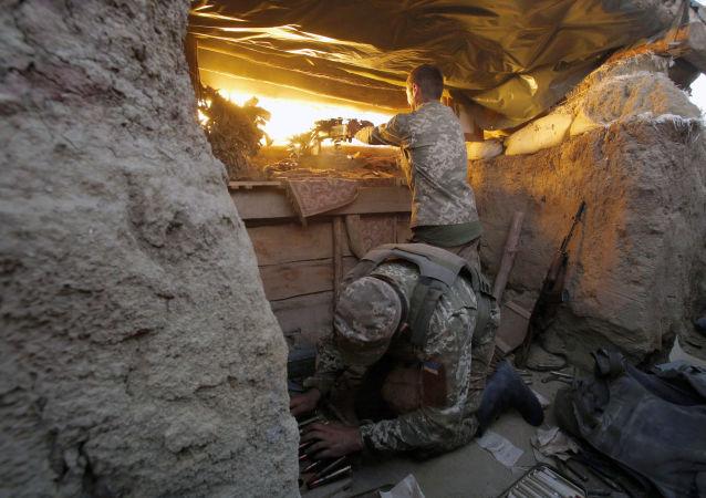 Un soldado ucraniano disparando hacia Donetsk