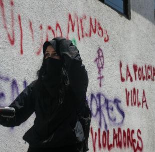 Manifestación exigiendo justicia por la violación tumultuaria de cuatro policías a una adolescente en la ciudad de México