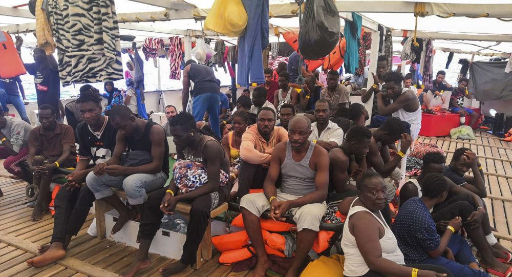 Los migrantes a bordo del buque humanitario de Open Arms