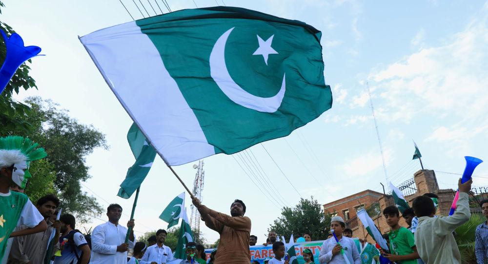 Un hombre con la bandera de Pakistán