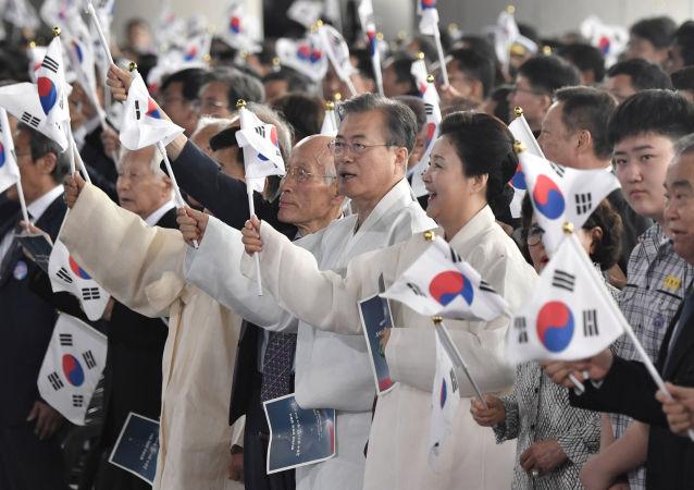 El presidente de Corea del Sur, Moon Jae-in, con la bandera de su país