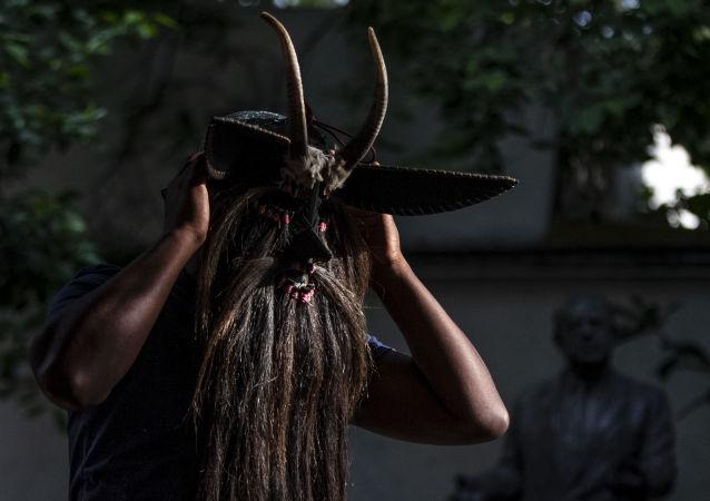 Hugo Arellanes, maestro mascarero, muestra una de las piezas que fabricó para la danza de los 'Diablos de Cuajuinicuilapa' en la costa chica del Estado de Guerrero